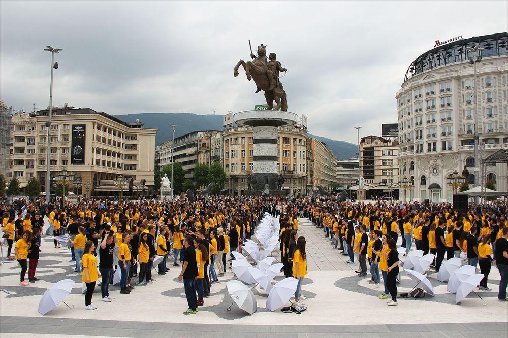 (FOTO) SLAVLJE I U REGIONU: Maturanti plesali kadril u Skoplju, Sarajevu...
