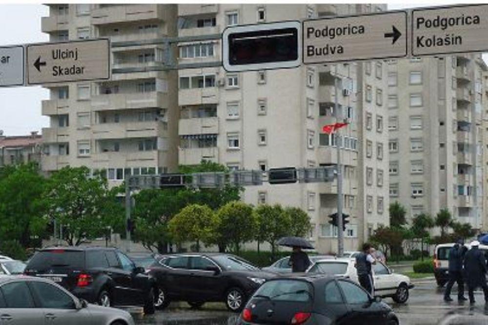 (FOTO) NEVEROVATAN KVAR U BARU: Gušter ugasio semafor, izazvao saobraćajni haos