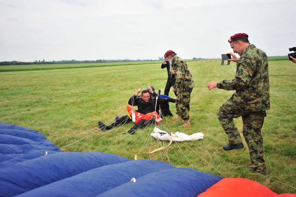 (FOTO) MINISTAR LETEO SA 3.000 METARA: Vulin skočio padobranom