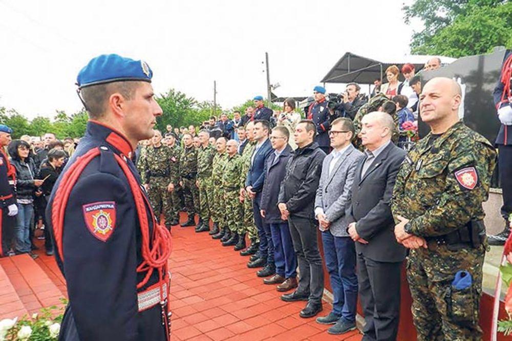Srbija ne zaboravlja poginule policajce: Ministri u selu Srpska Kuća položili vence!