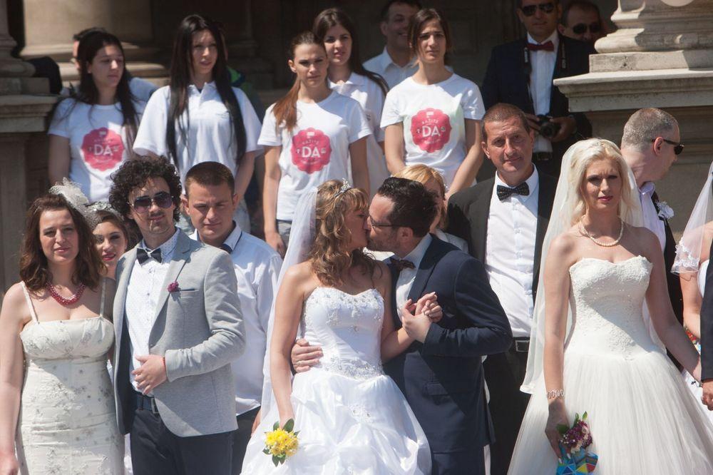 (FOTO) KOLEKTIVNO SUDBONOSNO DA! 110 parova na zajedničkom venčanju ispred Skupštine