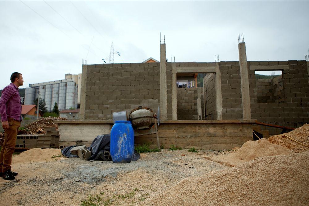 (FOTO) HUMANOST NA DELU: Imam gradi kuću za porodicu preminulog sveštenika