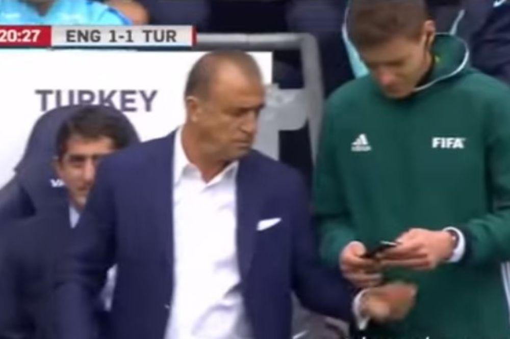 (VIDEO) NEVIĐENI CAR Turski selektor našao gol Engleza na telefonu da dokaže sudiji da je bio ofsajd