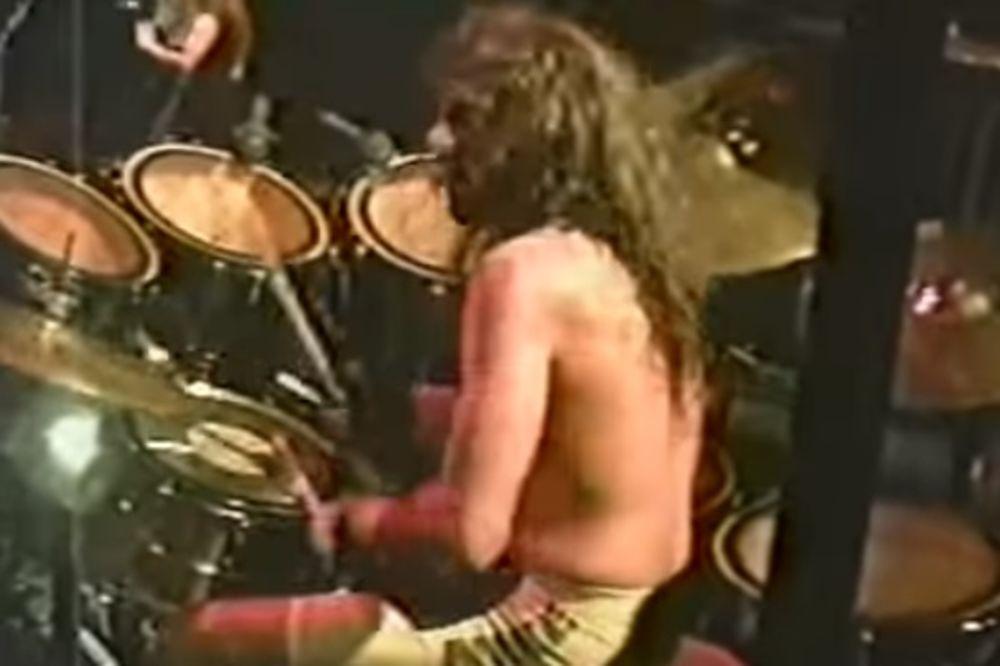 (VIDEO) SMRT NA BINI: Slavni bubnjar umro na sceni usred koncerta
