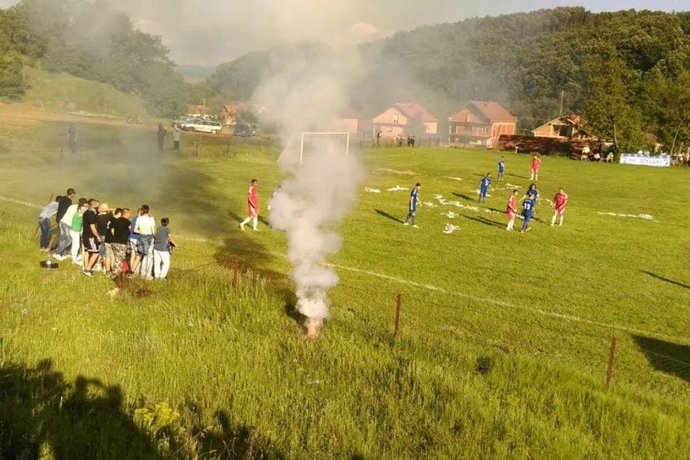 HAOS NA JUGU SRBIJE Tuča policije i navijača na seoskoj utakmici, sevale palice, noževi, dimne bombe