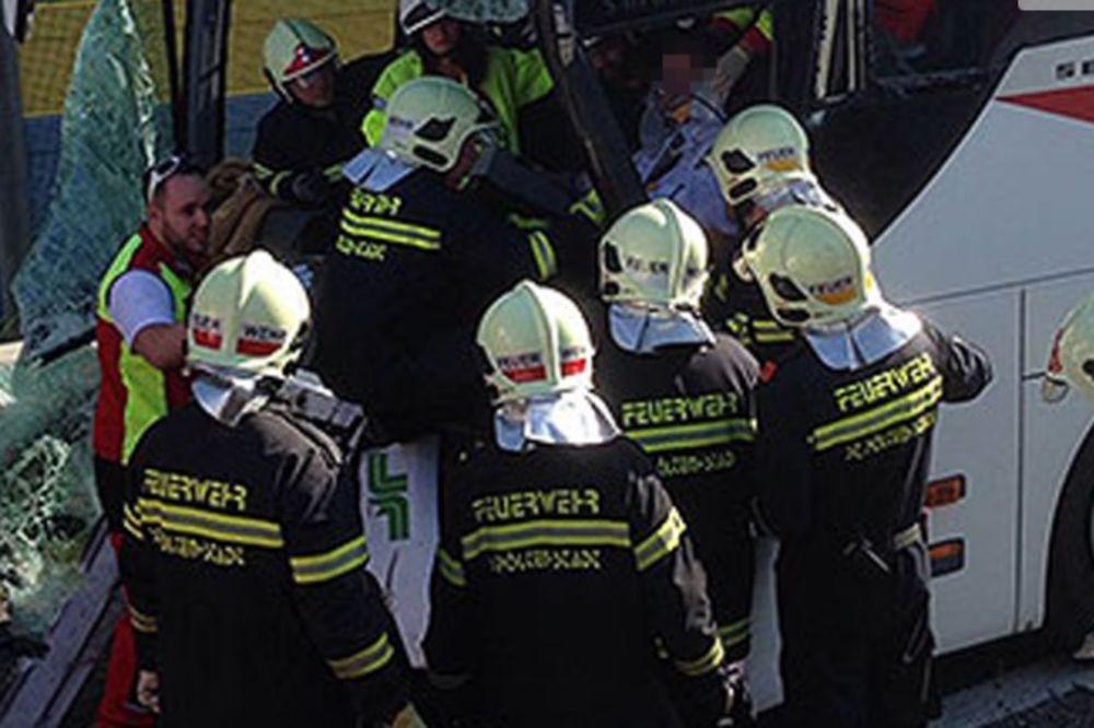 AUTOBUS PUN DECE UDARIO U KAMION: Povređeno desetoro mališana i vozač!
