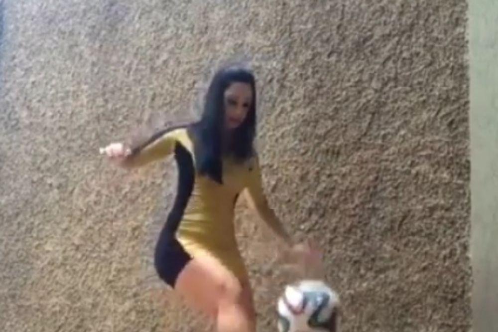 (VIDEO) SEKSI RAKEL POSTALA HIT: Ona u štiklama može sa loptom više nego mnogi fudbaleri