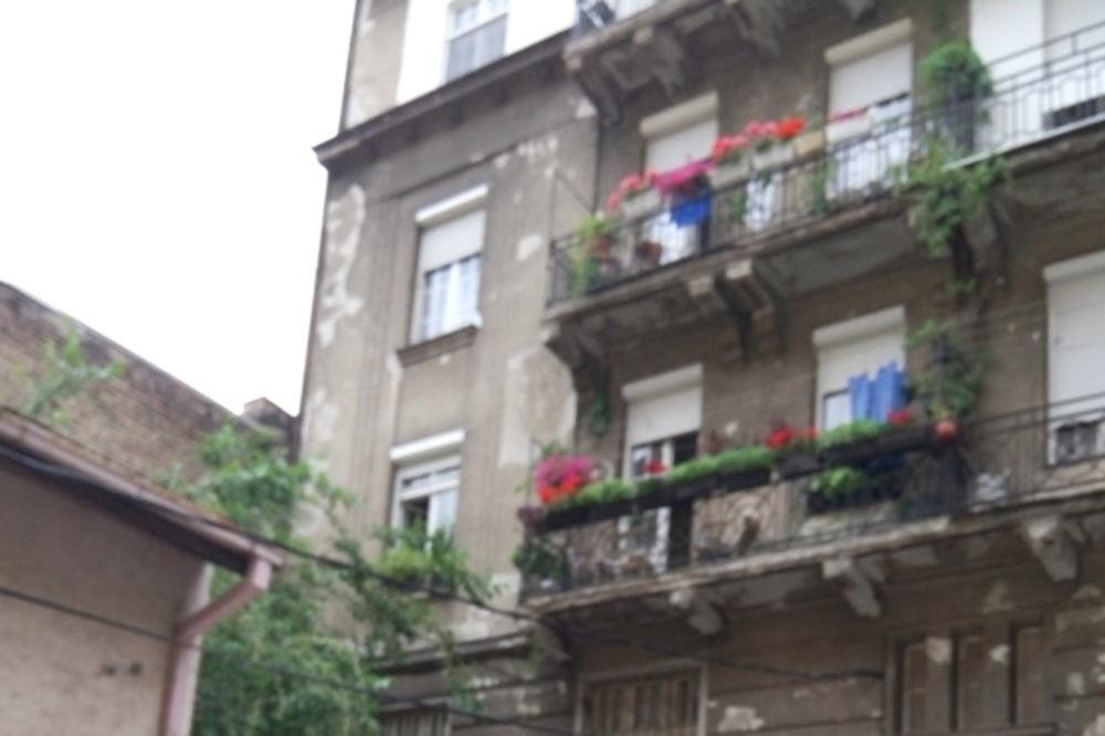 PROLAZNICI U ŠOKU: Starica (88) pala sa terase preko puta Beograđanke