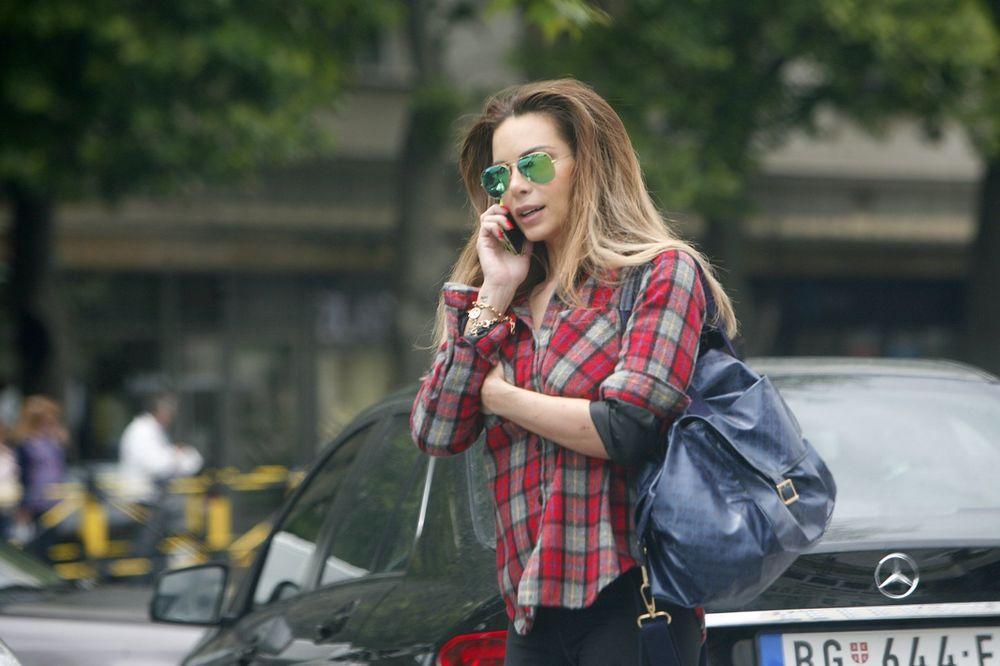 (FOTO) KRALJICA STILA: Evo kako Nikolina Pišek ide u prodavnicu