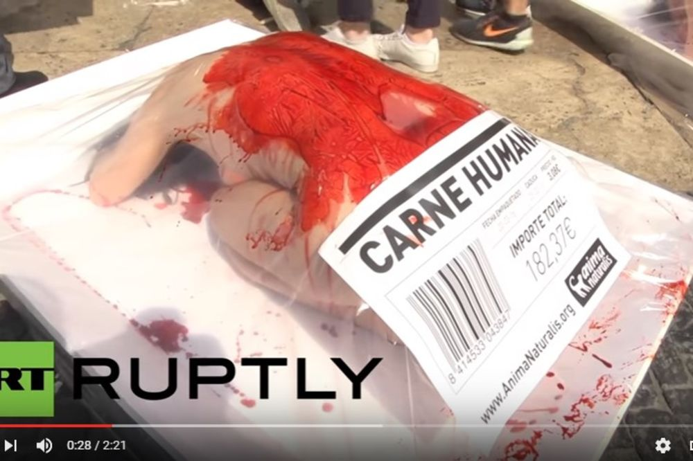 (UZNEMIRUJUĆI VIDEO) LJUDSKO MESO: Vegani goli i prekriveni krvlju protestovali u Barseloni
