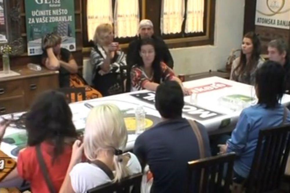 (VIDEO) SAŠKA GAĐALA MARINU TANJIROM: Samo ždereš, kučko debela!