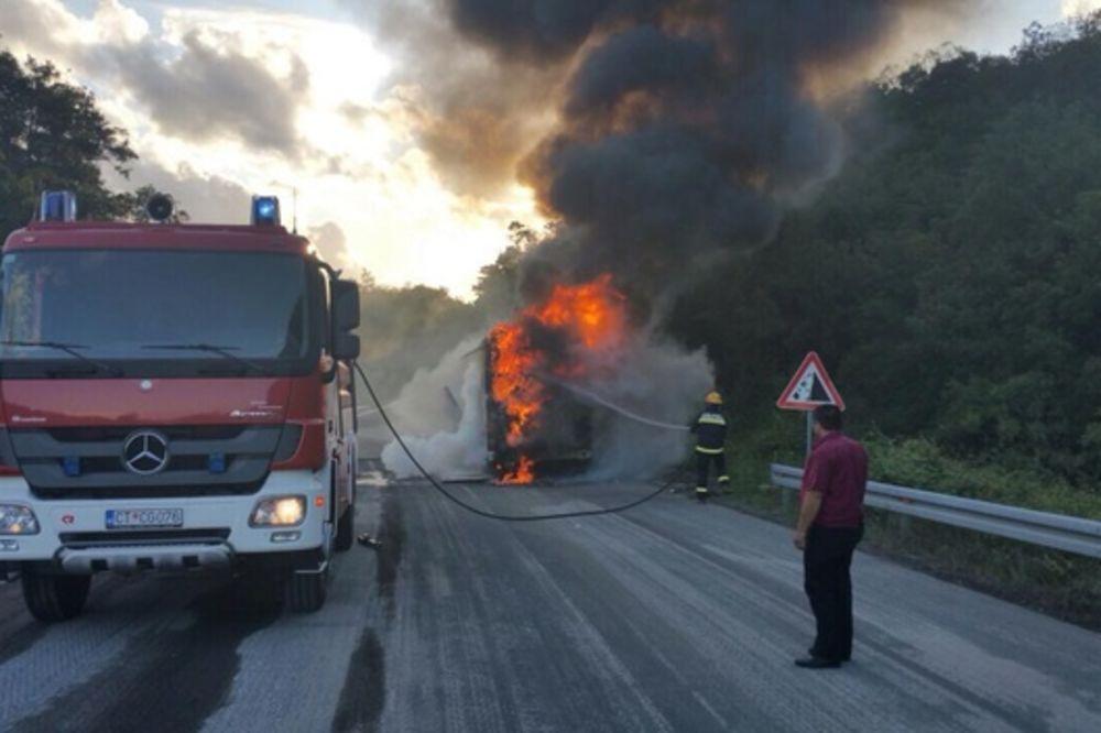 (VIDEO) DRAMA NA EKSKURZIJI: Autobus pun učenika iz BIH zapalio se u Crnoj Gori!