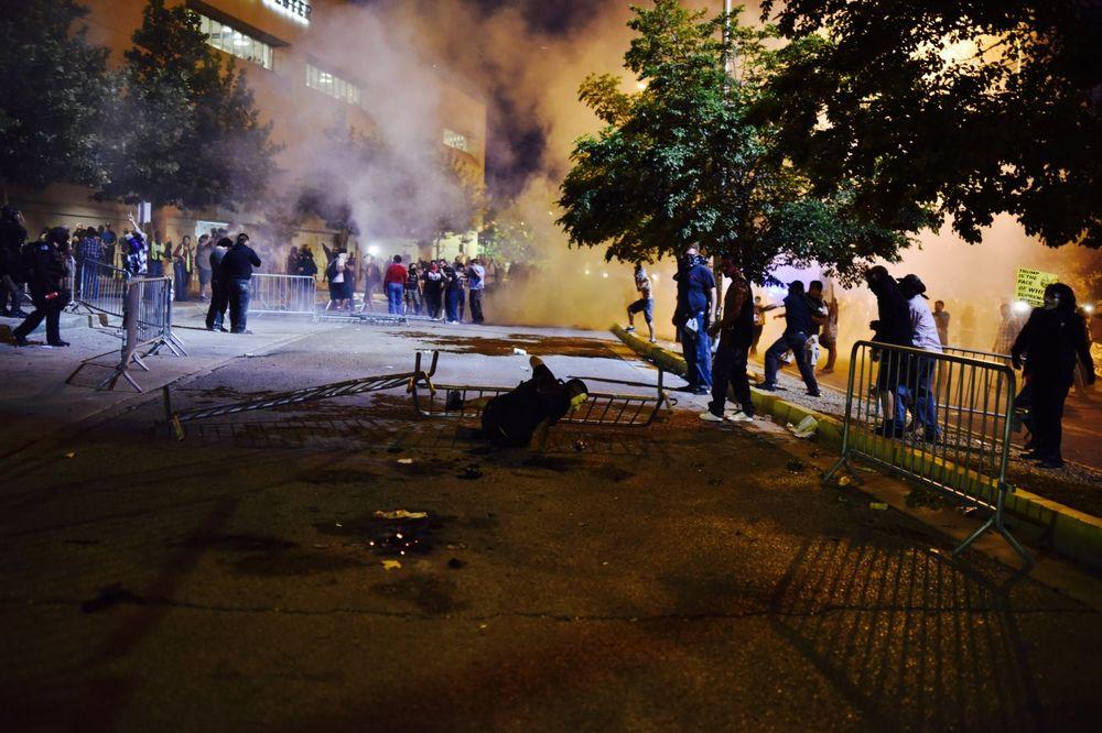 HAOS U ALBUKERKIJU: Demonstranti pokušali da prekinu Trampov govor pa se sukobili sa policIjom!