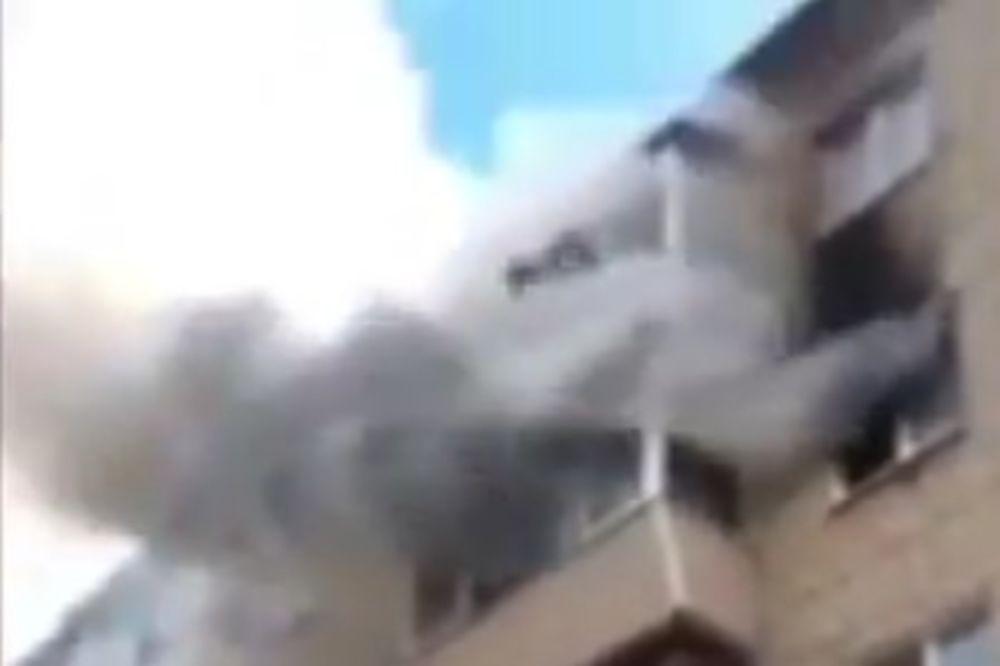 (VIDEO) HEROJI ULICE: Spasli porodicu iz požara tako što su formirali ljudsku trampolinu!