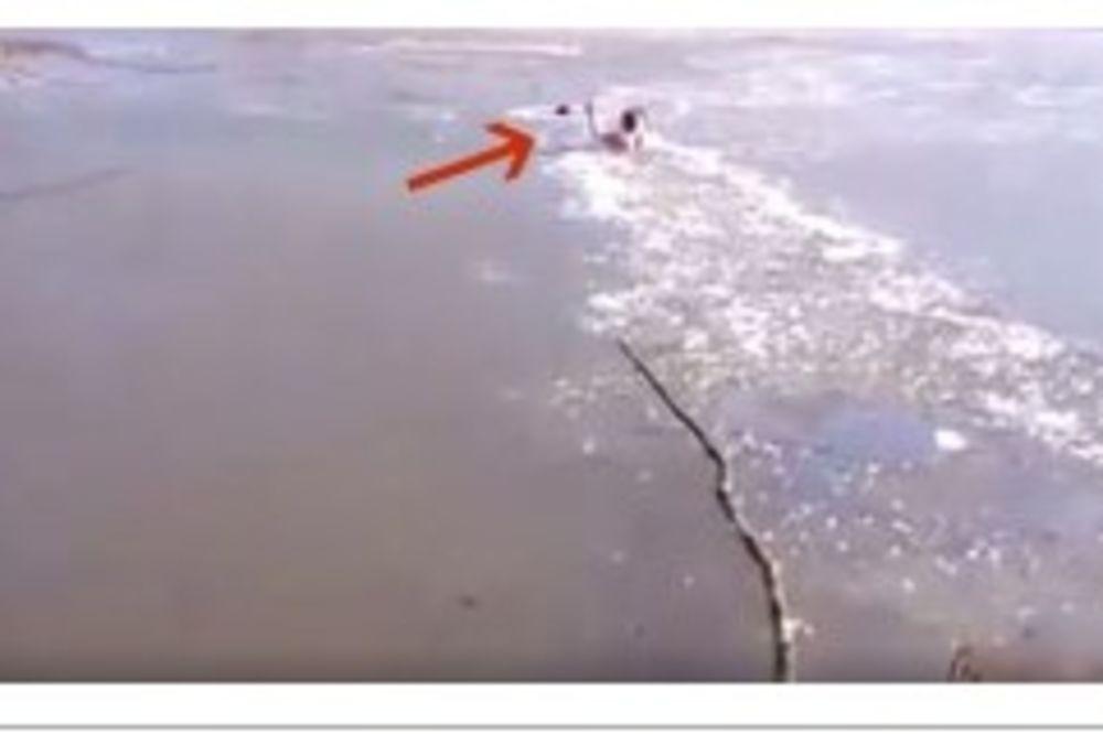 RIZIKOVAO JE ŽIVOT KADA JE VIDEO NEŠTO ZAGLAVLJENO U  LEDU: Pogledajte ovo herojsko spasavanje!