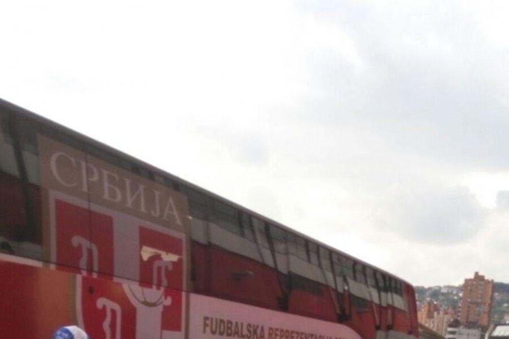 AUTOBUS NE MOŽE SA STADIONA: Euforični Užičani se slikali i uzimali autograme od fudbalera Srbije