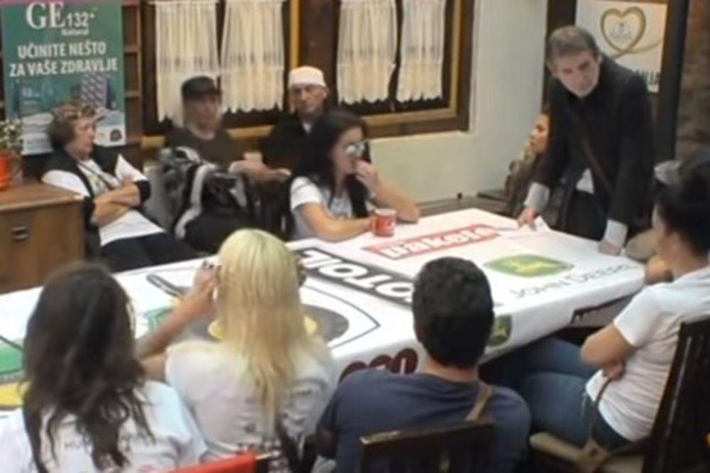 (VIDEO) PUKLE ZBOG SITNICE: Saška i Marija Ana se grebale i otimale, gazda ih podržao