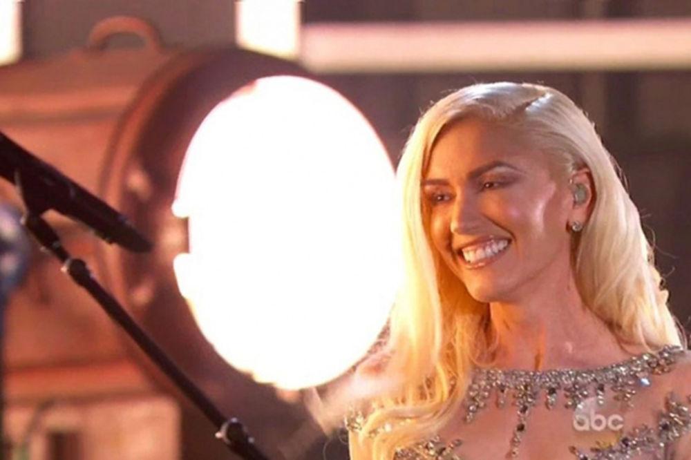 (FOTO) Pojavila se drugačije našminkana: Publika nije prepoznala slavnu pevačicu!