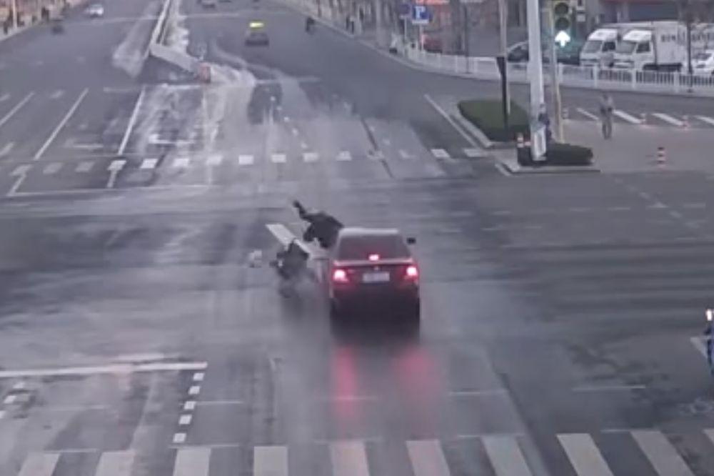 (VIDEO) DA LI SU OVO LJUDI ILI MONSTRUMI Udario ga je auto i ostao je nepomičan, evo šta se dogodilo