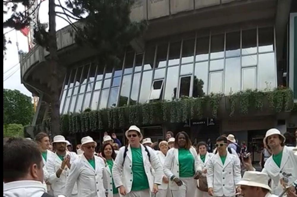(EKSKLUZIVNO, KURIR TV) HIT BITLSA U PARIZU: Ovako navijači na Rolan Garosu čekaju Đokovićev meč