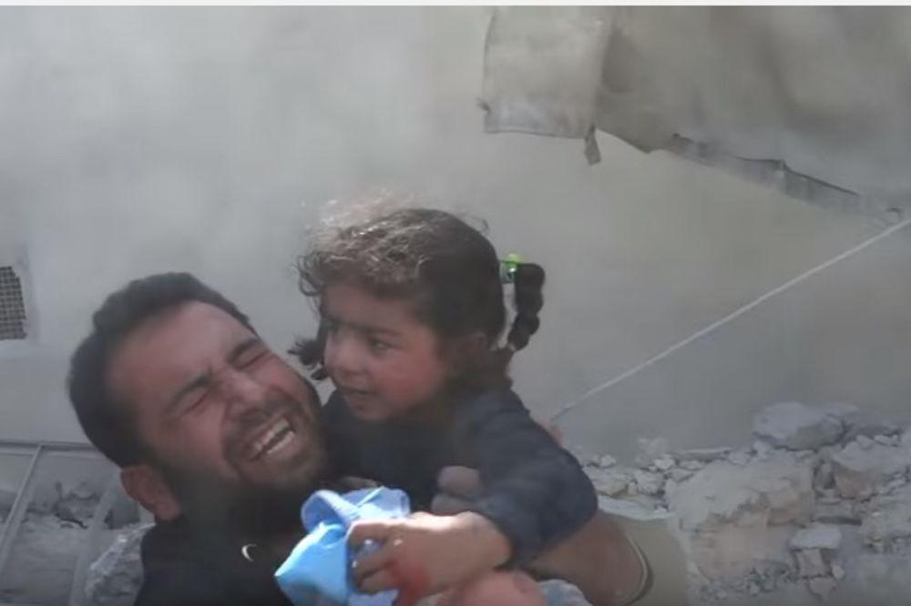 (VIDEO) DRAMATIČNA AKCIJA SPASAVANJA: Volonteri izvukli decu zatrpanu u ruševinama u Siriji