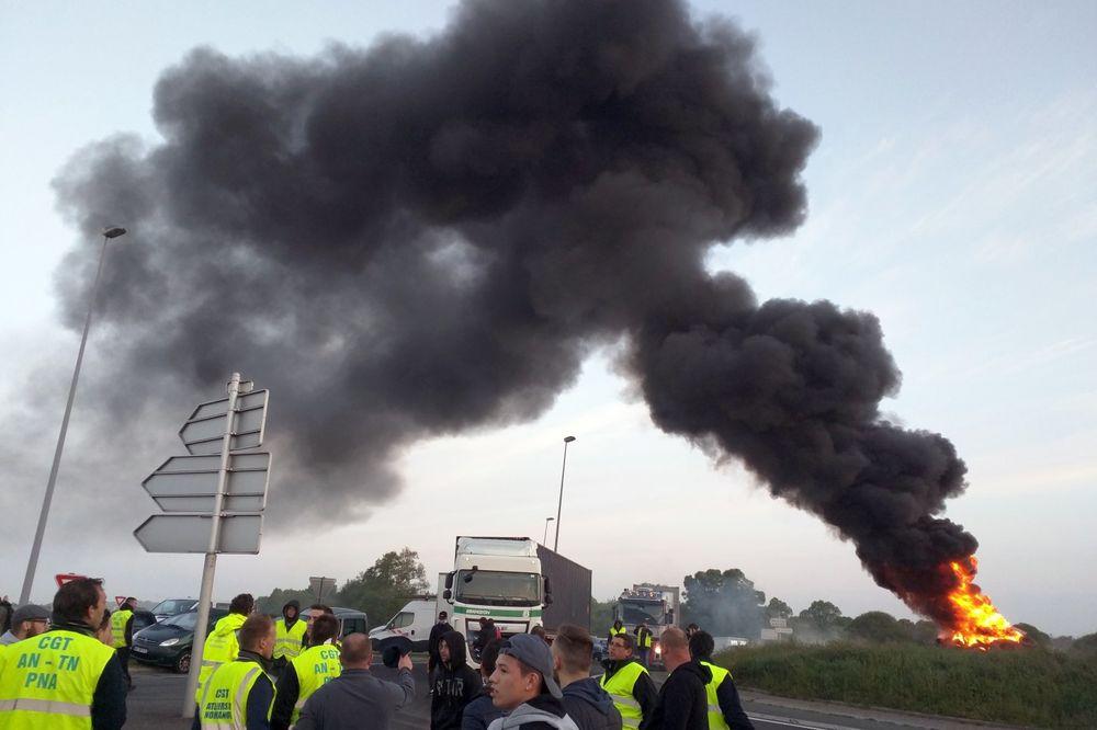 (FOTO,VIDEO) DIGLI SE LUČKI RADNICI FRANCUSKE: Hiljade demonstranata napravilo haos