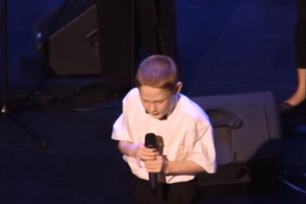 NEVEROVATNO: Slepi, autistični dečak izašao na binu, ono što je uradio bacilo je publiku u trans