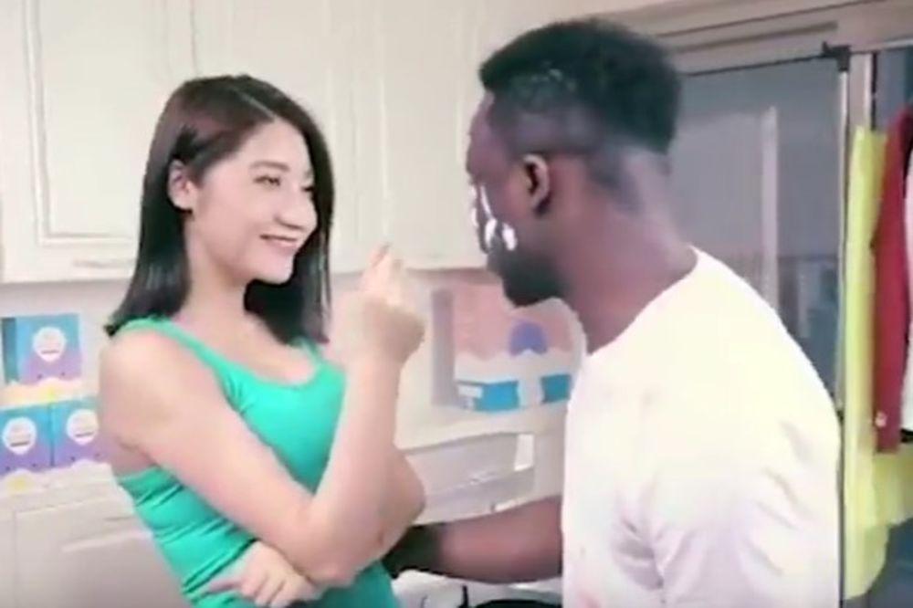 (VIDEO) CRNAC UĐE U VEŠ MAŠINU, A IZ NJE IZAĐE KINEZ: Ovo je najrasističkija reklama u istoriji!