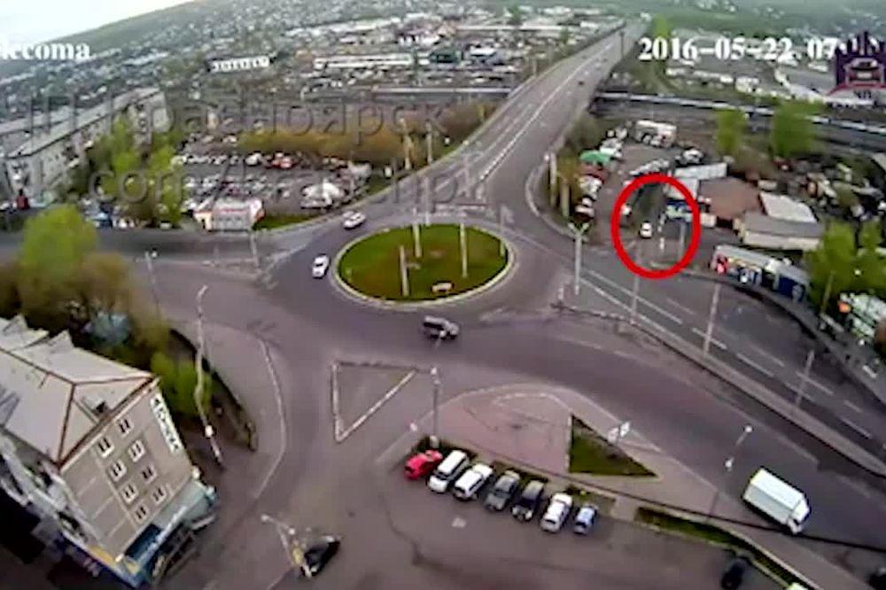 (VIDEO) LUDI RUSI: Pijan se izgubio u kružnom toku a onda i prevrnuo!