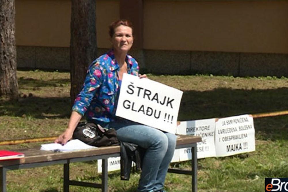 OČAJNA MAJKA IZ BRČKOG: Štrajkuje glađu zbog isključenja sina iz škole