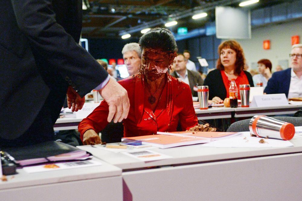 ČOKOLADNI SKANDAL: Liderka nemačke levice dobila tortu u lice