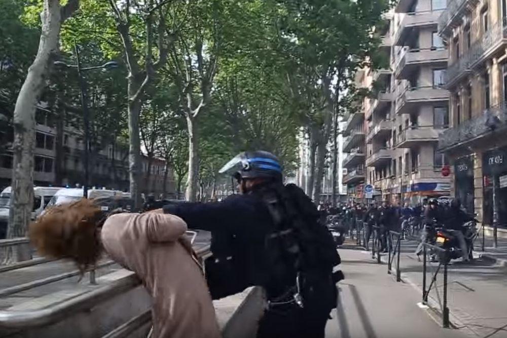 (VIDEO) NEVIĐENA BRUTALNOST: Policajac divljački odgurnuo ženu tokom protesta u Tuluzu
