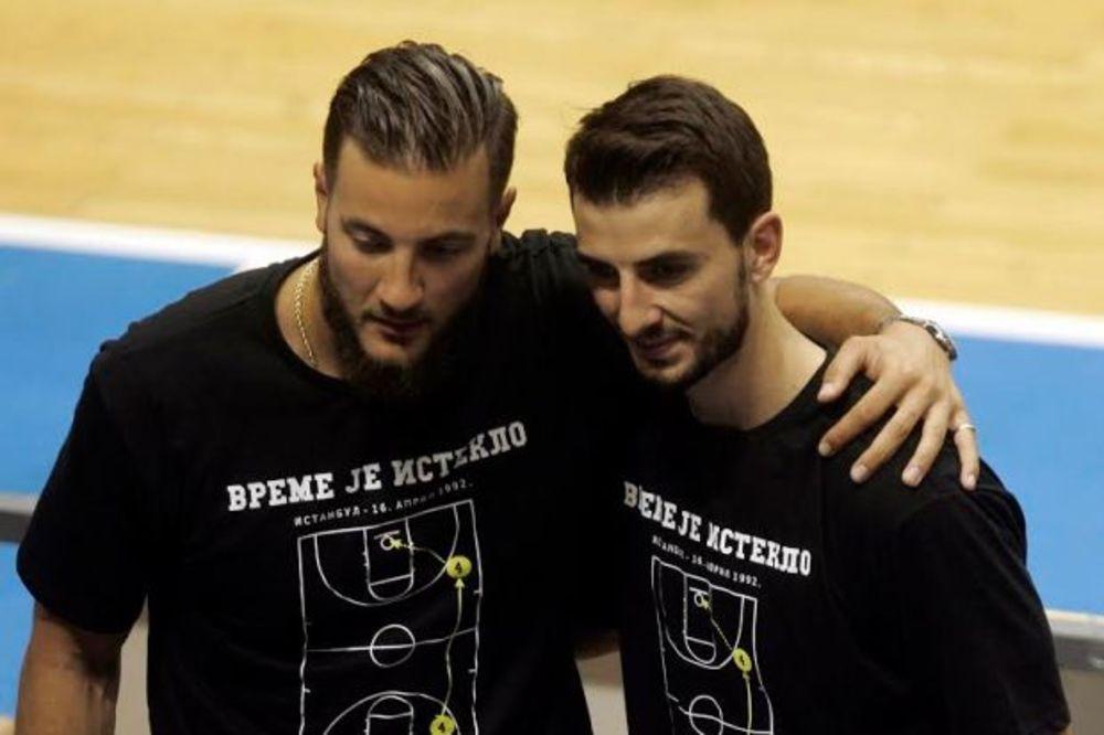 (VIDEO) CRNO-BELA PORODICA: Vesterman i Lovernj bodrili Partizan protiv FMP