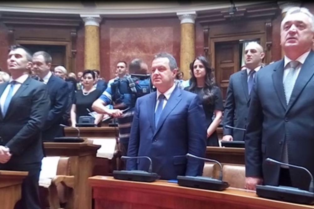(KURIR TV) DAN DIPLOMATIJE: Bože pravde u Skupštini, koji političari pevaju, a ko samo otvara usta