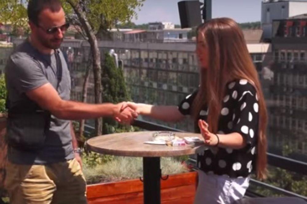 (VIDEO) NASMEJAĆETE SE DO SUZA: Pogledajte kako đetić muva devojku na prvom dejtu!