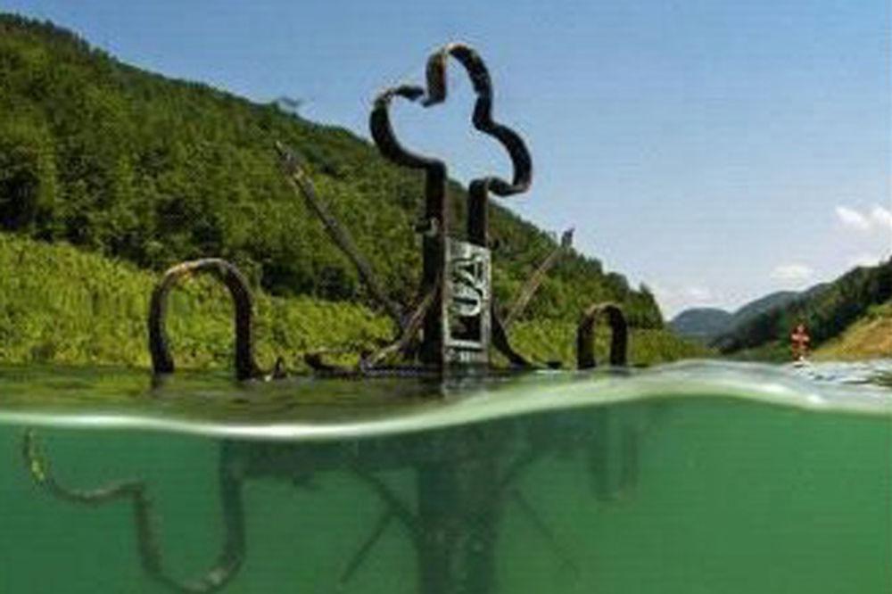 (FOTO) NAJEŽIĆETE SE OD OVE FOTOGRAFIJE: Pogledajte sablasni prizor potopljene Valjevske Gračanice