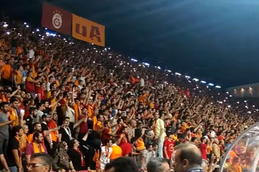 (VIDEO) TURSKI HULIGANI OPET DIVLJALI: Navijači Galate napali  košarkaše srpskog Fenera
