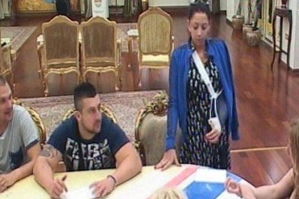 (FOTO) POVREDA TOKOM BURNE ŽURKE: Učesnica Parova završila u zavojima!