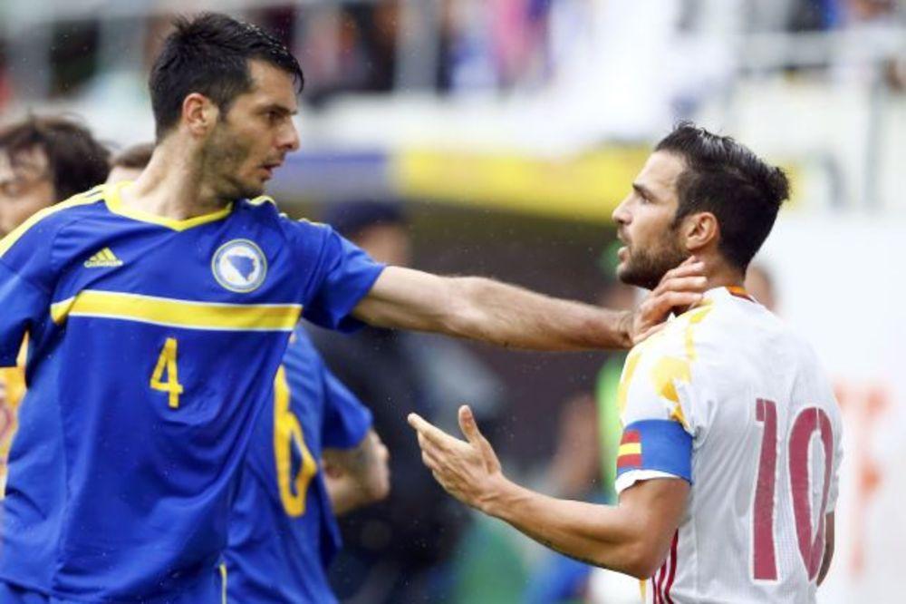 (VIDEO) INCIDENT BOSANSKOG FUDBALERA: Spahić ošamario Fabregasa na prijateljskom meču!