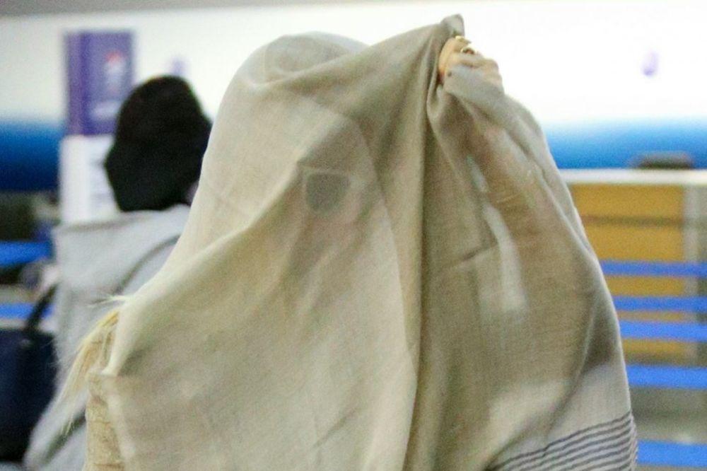 (FOTO) SRAMOTA JE DA JE VIDE BEZ ŠMINKE? Poznata glumica sa maramom na licu bežala od paparaca