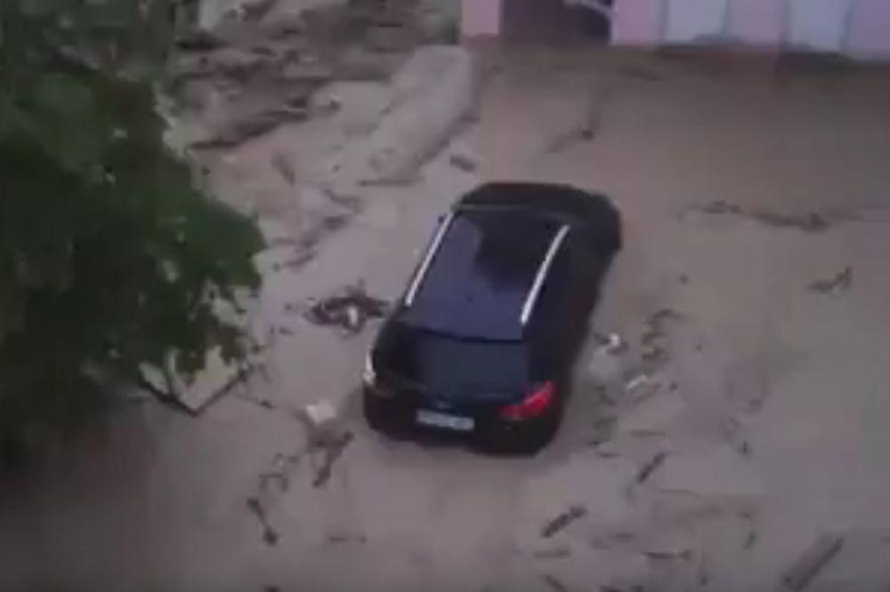 (VIDEO) POTOP U NEMAČKOJ: Bujice nose kola pa čak i krovove sa kuća