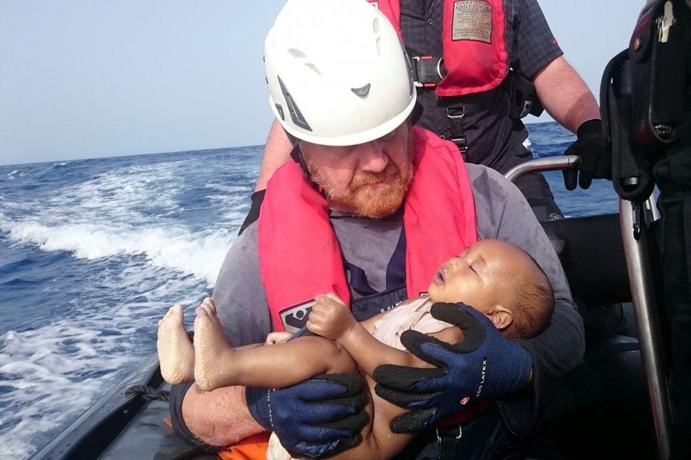 (VIDEO) FOTOGRAFIJA DANA: Spasilac nosi telo libijske bebe izbeglice