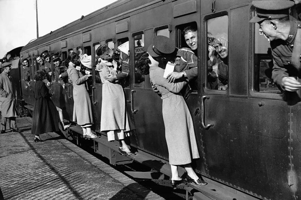RETKE ISTORIJSKE FOTOGRAFIJE: Prava ljubav u vreme rata! Tužno i bolno