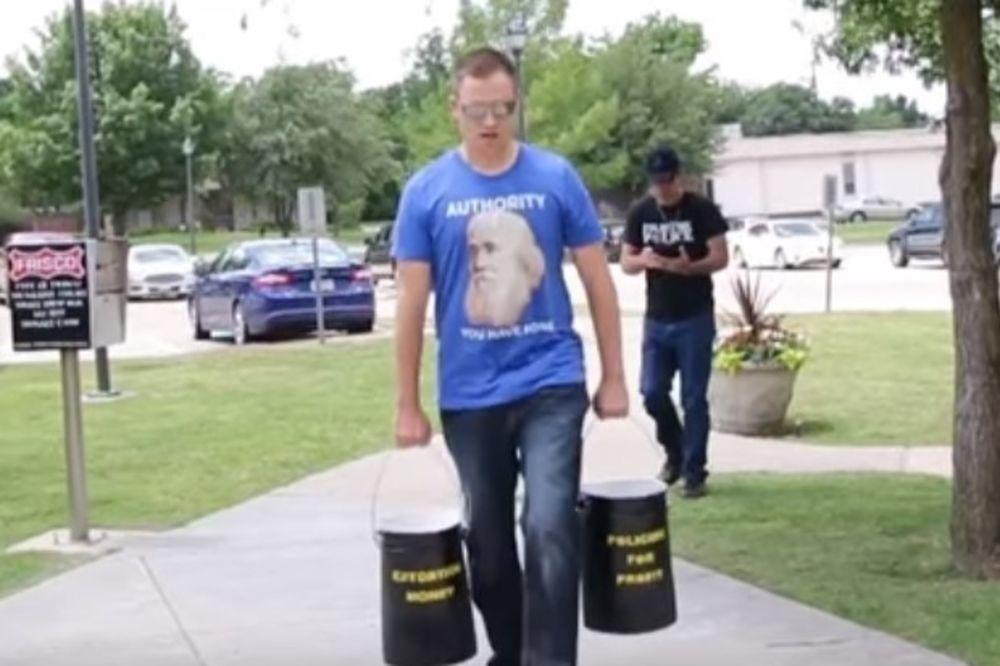 (VIDEO) PROTEST PROTIV IZNUDE: Pogledajte čime je ovaj čovek platio kaznu za prebrzu vožnju