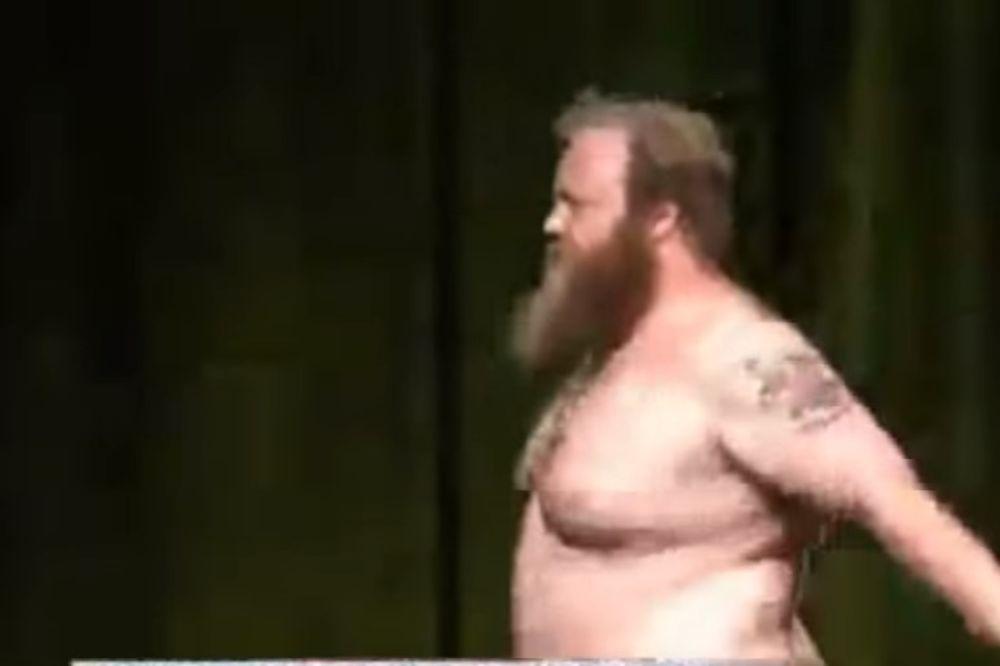 (VIDEO) DA LI BISTE GLASALI ZA NJEGA: Političar umesto da održi govor izveo striptiz