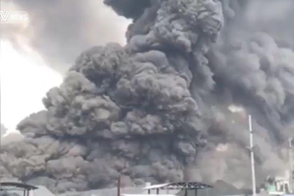 (VIDEO) ZLOSLUTNI CRNI STUB DIMA: Izbio požar u fabrici hemijskih supstanci u Kini