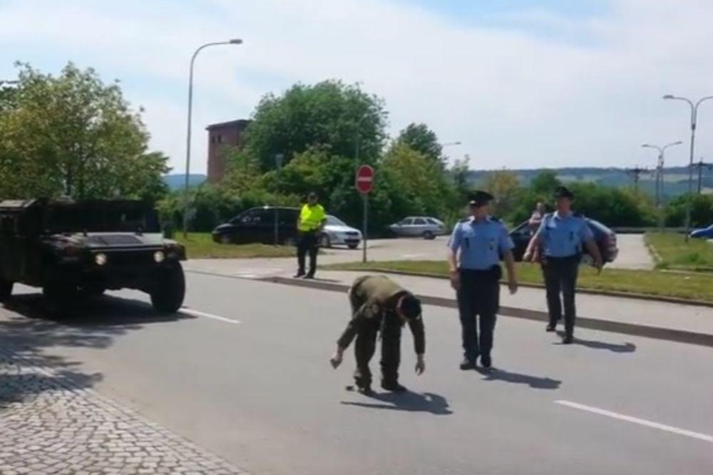 (VIDEO 18+) PRETI MU 3 GODINE ZATVORA: Evo ko je Čeh koji je pokazao zadnjicu američkoj vojsci