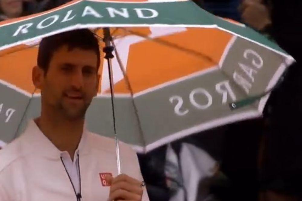 (VIDEO) NOVAKOV PLES NA KIŠI: Đoković ponovo pravio šou sa navijačima