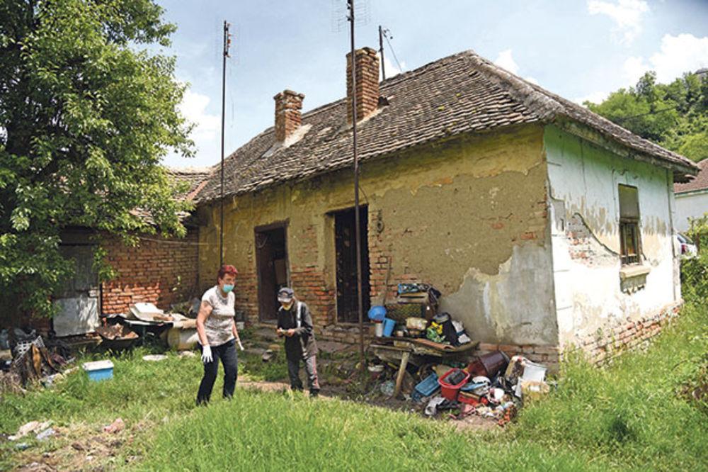 Straćara... Starina ispred kuće u selu Kostolac