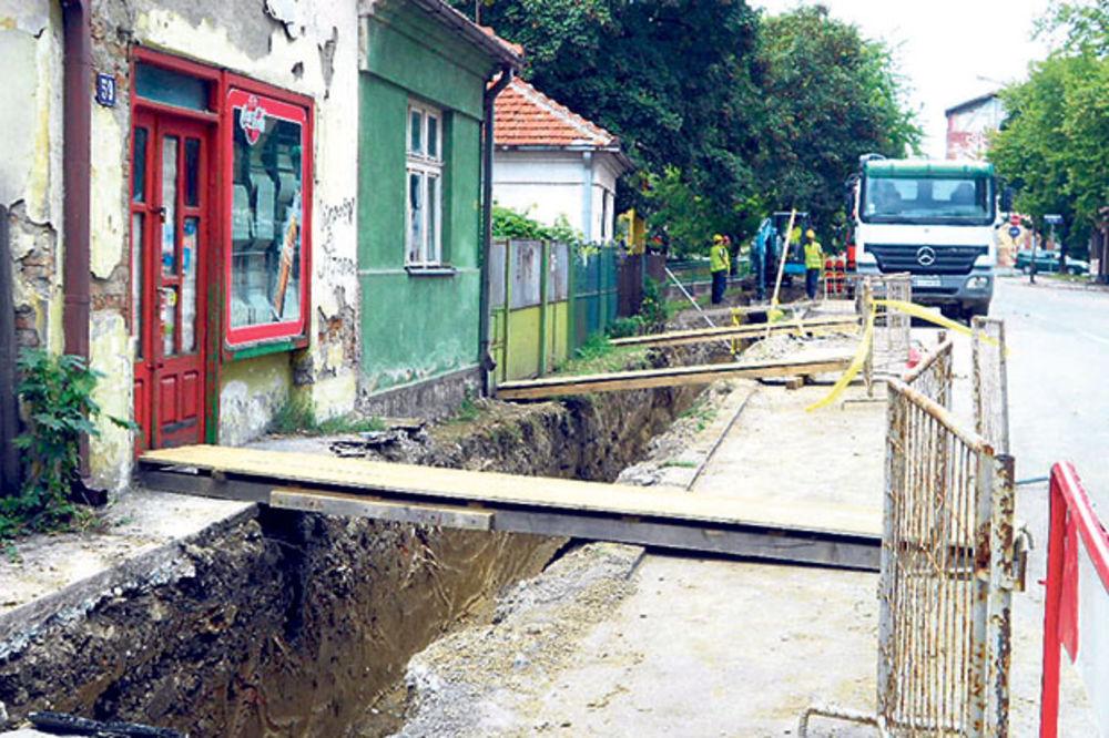 HIT U VALJEVU: Kopali kanal, pa greškom prekopali 100 metara ulice